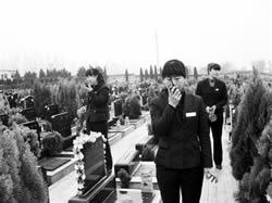 80後女子建守墓園隊每晚巡邏